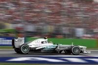 ルイス・ハミルトンにとっては最悪な週末。予選ではマシンのフロアを壊したことも影響し、2010年マレーシアGP以来となるQ3進出ならずの12番グリッド。レースではスローパンクチャー、無線トラブルに襲われ、それでも猛烈な追い上げで何とか9位入賞を果たした。ポイントリーダー、ベッテルとの差は81点。タイトル獲得には非常に厳しい状況となった。(Photo=Mercedes)