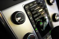 専用アルミパネルのセンタースタック。波紋状のサークルパターンは、オーディオのメインスイッチから広がる。