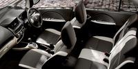「三菱i-MiEV」のインテリア。ブラック/アイボリーのシートカラーが採用された。
