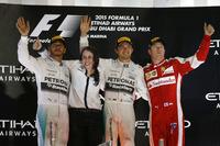 F1最終戦アブダビGPの表彰台。優勝はメルセデスのニコ・ロズベルグ(写真右から2番目)、2位はメルセデスのルイス・ハミルトン(一番左)、3位に終わったフェラーリのキミ・ライコネン(一番右)。(Photo=Mercedes)