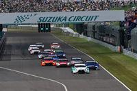GT500クラスのスタートシーン。およそ5時間半におよぶレースの始まりだ。