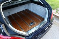 荷室容量は5人乗車時で590リッターを確保し、後席を倒すことで最大で1550リッターまで拡大できる。写真はオプションの「designoウッドフロア」(50万円)装着車。