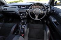 インテリアとエクステリアはセダン/ワゴンに共通する変更点。内装はパネル類がピアノブラック塗装になり、フルバケットシートに赤いステッチが入れられた。