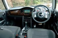 インテリアパネルは「アルミニウム・パティナ」が標準。テスト車はウッドで、ギラつきを抑えた仕様だ。