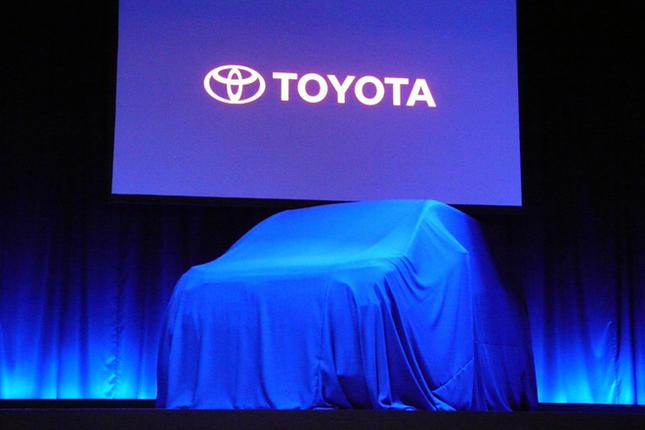 発表会場のステージ上にて、アンベールの時を待つ「トヨタ・エスクァイア」。「ノア」や「ヴォクシー」の兄弟車にあたる、5ナンバーサイズの箱型ミニバンである。