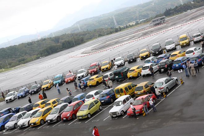 パドックに集まったルノー車の一部。朝方の大雨にもかかわらずおよそ200台が来場したという。