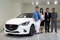「マツダ・デミオ ミッド・センチュリー」と、今回お話を伺ったマツダのスタッフ。左から柳澤 亮さん、木村幸奈さん、二宮誠二さん、土井 歩さん。