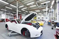 これまで、英国やイタリアの高級輸入車を扱ってきたコーンズ・モータース。そのサービスセンターには、メンテナンスを受ける各ブランドの車両がずらりと並ぶ。