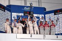 表彰式でのひとこま。17号車の3人(ティモ・ベルンハルト/マーク・ウェバー/ブレンドン・ハートレー)は、トロフィーを高々とかかげて喜びをあらわにした。