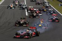 タイヤスモークをあげながらスタートでトップを守るハミルトン(写真先頭)。予選2位のロメ・グロジャン(2列目左)に、同3位のセバスチャン・ベッテル(同右)が並びかけるが抜けず、ベッテルの後ろにいたジェンソン・バトンが3位に躍進する。(Photo=McLaren)