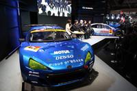 今季の「BRZ」と昨季の「レガシィB4」、2台のSUPER GT(GT300)マシンが並んだスバルのステージで、開発者とドライバーがトーク。