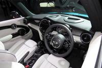 展示車両の内外装には「MINI Yoursデザイン・プログラム」の装飾パネルや装備が装着されていた。