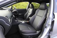 「GT-S EyeSight」には、レッドステッチの施された、アルカンターラと本革のコンビシートが装備される。