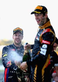 """ウィナーのベッテル(奥)から「ファンタスティックなドライビングだった」と称賛されたグロジャン(手前)。好スタートで1位の座を奪いレース序盤をリード。初優勝を目指したが、終盤にベッテル、ウェバーとニュータイヤ履くレッドブルにコース上で抜かれ結果3位。しかし""""クラッシャー""""というありがたくない異名を頂戴した昨年から大きく成長した姿を見せることができた。(Photo=Red Bull Racing)"""