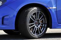 アルミホイールの隙間から見える黄金のブレンボ製ディスクブレーキキャリパーは、ルックスだけでなく効きも強烈。タイヤは、専用に開発されたポテンザRE070、今回試乗した18インチ仕様のサイズは245/40R18。スプリング、ダンパー、スタビライザーもスペC専用。