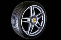 """「ポテンザRE050スクーデリア」。高速走行や限界コーナーリングなど、様々な走行条件下で高い接地性を実現させるために、形状、構造、トレッドパターン、コンパウンドを特別な仕様とした。名前の一部に、F1チームからとった「スクーデリア」を採用。ブリヂストンとフェラーリの""""密接な関係""""を主張する"""