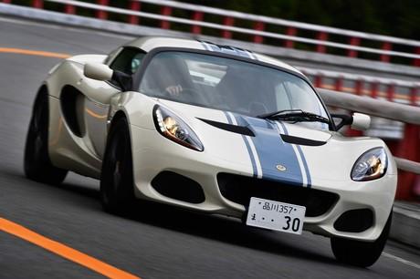 日本限定モデルとして開発された、特別な「ロータス・エリーゼ」に試乗。こだわりのカラーリングも魅力だが...