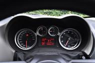 タコメーター(右)のレッドゾーンは6500rpmから。スピードメーター(左)の表示は260km/hまで。