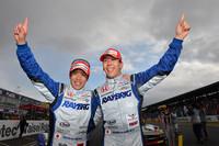 勝利を喜ぶ、伊沢拓也(写真左)と小暮卓史。伊沢は、僅差で2位に終わった2012年開幕戦の雪辱を晴らした。