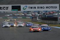 決勝。GT500クラスのスタートシーン。
