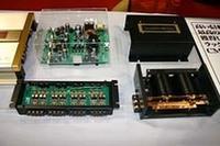 ラックスマンの新製品。左手前がハイ/ローコンバータの「XAT-1000」。右は高性能キャパシタ。