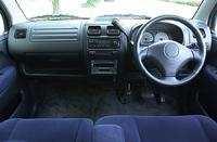 インストゥルメントパネルの下には、運転席、助手席側とも「インパネアンダートレー」が備わる。2DINのAM/FMラジオ付きMD/CDプレイヤー&カセットステレオが標準で装備される。1.3Sのエアコンは、フルオートだ。