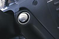 標準はここにキーシリンダーがあるが、写真のようにオプションでボタン式スタートも選べるようになった。穴が共通のためボタンは少々大きい。
