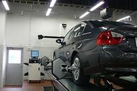 BMWが選んだ最新のアライメントテスター。4輪に反射板を付け、正面の受光部で動きを読みとる仕組みになっている。反射板は軽量なため、作業員の負担も減るという。