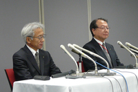 記者会見に臨む顔ぶれは4月10日の中間報告の際と同じで、三菱自動車の中尾龍吾常務取締役(左)と大道正夫常務執行役員(右)の2人。