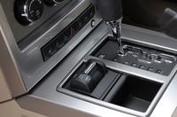 シフトレバーの横にあるのがセレクトラックII 4×4のモード切替えスイッチ。また、ヒルディセントコントロールのon、offボタンは、クルマが斜面を下るようなイラストが目印。4×4ローモードで作動する。