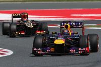 前を行くアロンソに待ったをかけられなかったベッテル(写真手前)とキミ・ライコネン(その後ろ)。ベッテルのレッドブルはレースペースに苦しみ、予選3位から4位でフィニッシュ。一方ロータスのライコネンはタイヤに優しい走りで1回少ない3ストップ作戦に打って出たが、フェラーリのエースにはかなわず2位。(Photo=Red Bull Racing)