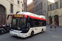 シエナ市街にて。2014年から一部路線で、ペルージャのランピーニ社製電気ミニバスが走るようになった。