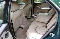 リアシートの座面は角が丸くなり、乗降性に配慮された。