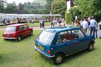 「MINI 9Xハッチバック プロトタイプ」(写真右)と「モーリスMINIマイナー」(左)のリアビュー。2016年5月にイタリア・コモで開催された、コンコルソ・ヴィラ・デステにて。