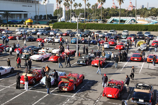 スタート地点である「船の科学館」駐車場に集まった、およそ90台の参加車両。