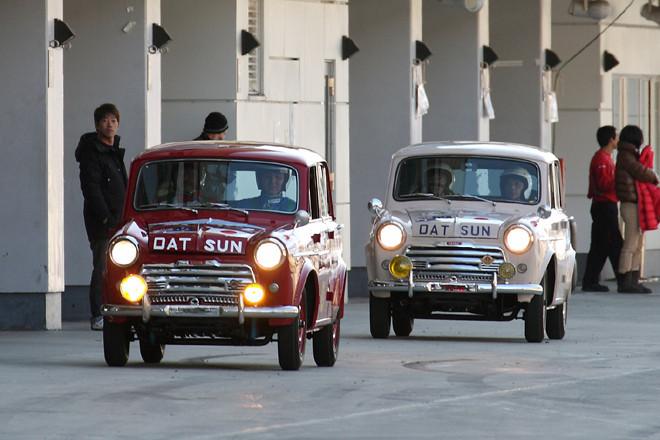 今回のメインイベントは「NISSAN RACING DNA RUN」。半世紀以上にわたって日産のモータースポーツ史を刻んできた歴代のマシンがコースをパレードしたのちメインストレートに並び、ドライバーがインタビューを受けるというものだ。第一走者は日産初の国際舞台へのチャレンジとなった1958年のモービルガス・トライアル(豪州ラリー)に出場した「ダットサン210」で、オースチン用をベースに生まれた直4OHV1リッターエンジン搭載。前が初出場でクラス優勝という快挙を成し遂げた「富士号」で、後ろが4位に入賞した「桜号」。「富士号」はよくイベントで走行しているが、「桜号」は今回のために中身をリビルドしたそうで、走る姿を見るのは筆者も初めてだった。