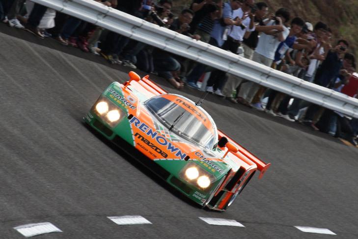 寺田陽次郎氏のドライブで、高速周回路をエキシビション走行する「マツダ787B」。654cc×4の4ローター・ロータリーエンジンを積んだ、1991年のルマンで総合優勝を果たしたマシン。