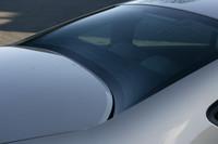セダンモデルのリアウィンドウは、凹型に湾曲する。上級モデル「C6」でもおなじみのデザイン処理だ。