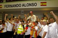 """GP直前の9月21日、国際自動車連盟(FIA)の世界モータースポーツ評議会が開かれた。前年のシンガポールGP、ルノーはエースのフェルナンド・アロンソを勝たせるため、チームメイトのネルソン・ピケJr.に故意にクラッシュを起こさせたという""""クラッシュゲート""""問題に対し、同評議会は有罪であると断定。チームに2年間の執行猶予付き出場停止処分、当時の代表で既にチームを去っているフラビオ・ブリアトーレの無期限追放、やはりチームを離れたエンジニアリングディレクター、パット・シモンズの5年間追放を言い渡した。事の発端は、ブリアトーレと揉めてシーズン半ばに更迭されたピケの""""チクリ""""。スポーツマンシップに明らかに反したルノーの愚行はもちろんだが、免責を条件に全貌を吐露したピケにも批判的な意見が出ており、F1界は醜態をさらすこととなった。レースではアロンソが3位でゴールし、難しい局面で今季初表彰台をもたらしたのはせめてもの救いだろう。(写真=Renault)"""