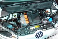 「e-up!」のエンジンルーム。中央のバルクヘッド寄りに普通充電ポートがある。