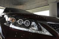 今回のマイナーチェンジでは、フロントまわりの化粧直しが実施され、ヘッドランプやグリルのデザインはセダン「GS」に似たものに改められた。