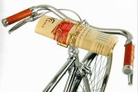 """チーニョ・ヴェローチェの自転車に装着された""""新聞ホルダー""""。往年のアクセサリーのリバイバルである。"""