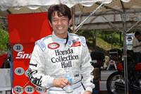 """全8台のマシンをテストした""""ドライダー""""の宮城光氏。1982年、19歳で二輪ロードレースにデビュー。翌83年から参戦を開始した全日本選手権で、いきなり250ccとF3(400cc)のダブルタイトルを獲得、鈴鹿4時間耐久でも総合優勝という離れ業を演じた彼も、来年は五十路。だが、笑顔と謙虚な姿勢は、まるで少女マンガの登場人物のような名前にふさわしいルックスで、「アイドルレーサー」と呼ばれた頃と変わらない。"""