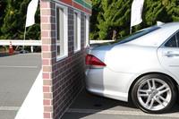 セレクターを「R」レンジに入れた状態で急発進したものの、「インテリジェンス・クリアランス・ソナー」が作動して壁面との衝突を回避した様子。車両と壁との間隔は10cmもないように見える。