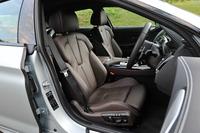 運転席と助手席には、メモリー機能付きの電動調整機構やシートヒーターなどの快適装備を標準で採用している。