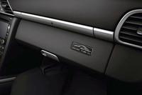 限定車であることを示すシリアルナンバー入りプレートがグローブボックスリッドに添えられる。