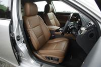 """""""バージョンL""""ではセミアニリンの本革シートが標準装備。フロントシートは18方向の調整が可能。"""