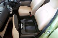 「スズキ・ワゴンR」のように、助手席下にモノ入れが設けられた(Fパッケージ)。