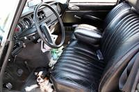 限りなく柔らかなシートは、DSのチャームポイント。愛犬は暑さで少々バテ気味。