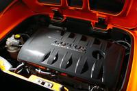 「トヨタ・オーリス」などに搭載される1.6リッターの1ZR-FAEエンジン。バルブマチックシステム(可変バルブリフト機構)とデュアルVVT-i(連続可変バルブタイミング機構)を備える、トヨタでも有数のハイテクエンジン。従来型1.8リッターエンジンに比べて、燃費は23%以上も向上しているという。